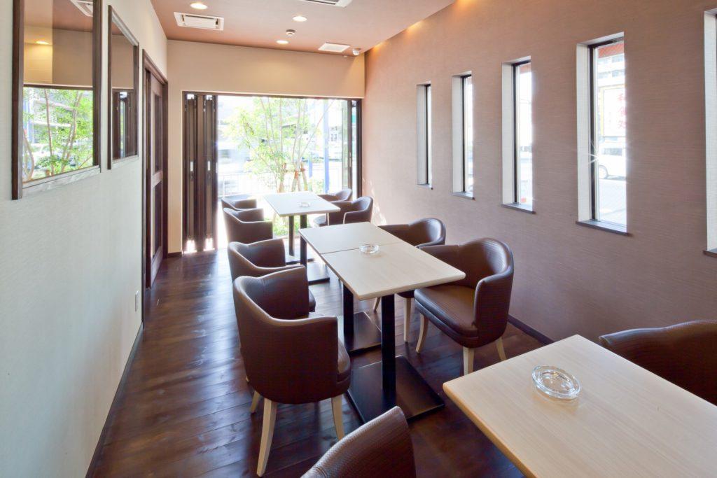 外側に開放的にできるカフェスペース