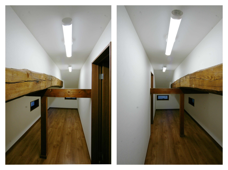 屋根裏収納のような2階の物置部屋